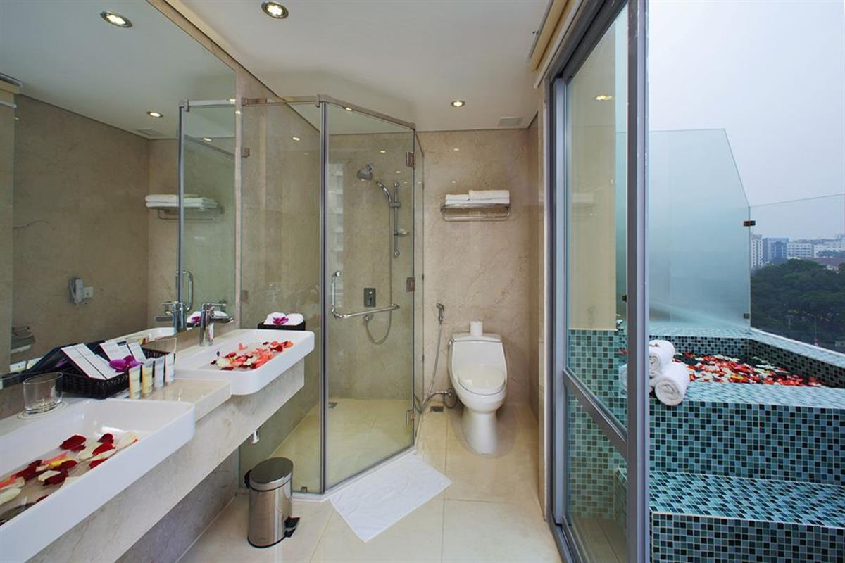 Paradise Saigon Boutique Hotel – Suite with Sunbath