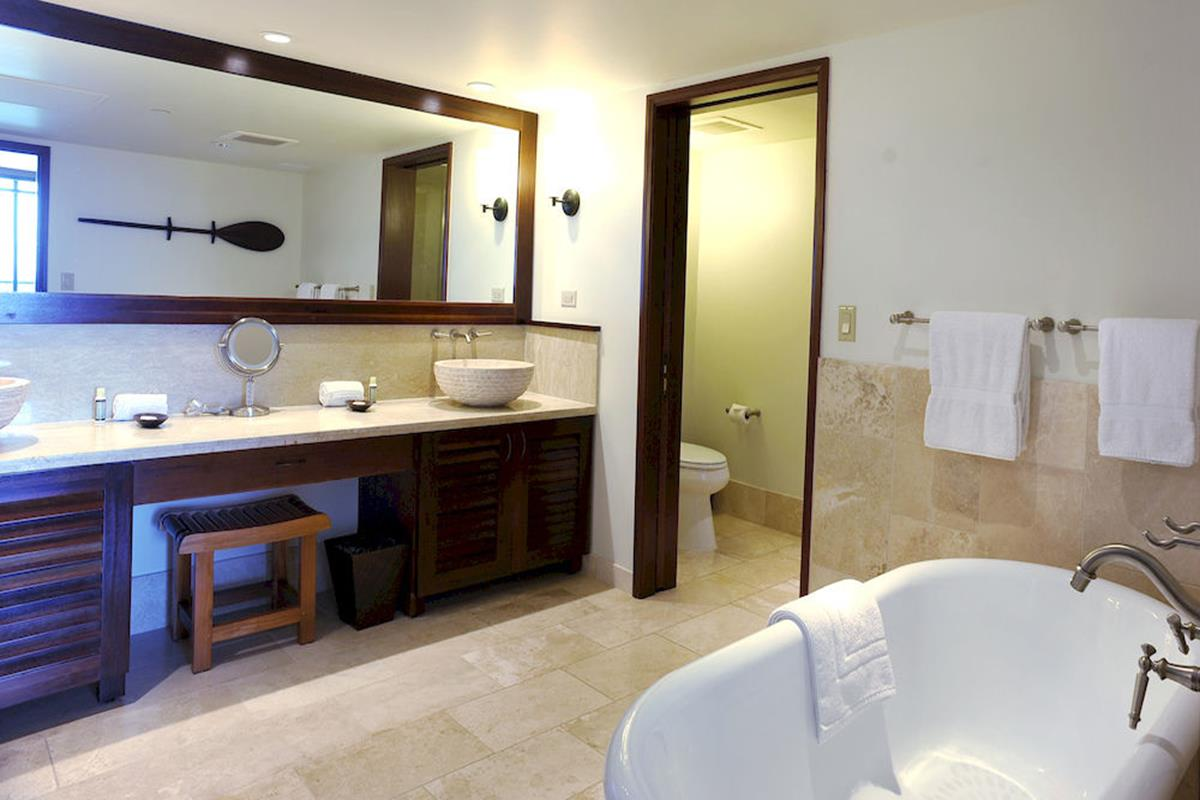 Royal Lahaina Resort – Oceanfront Molokai Suite