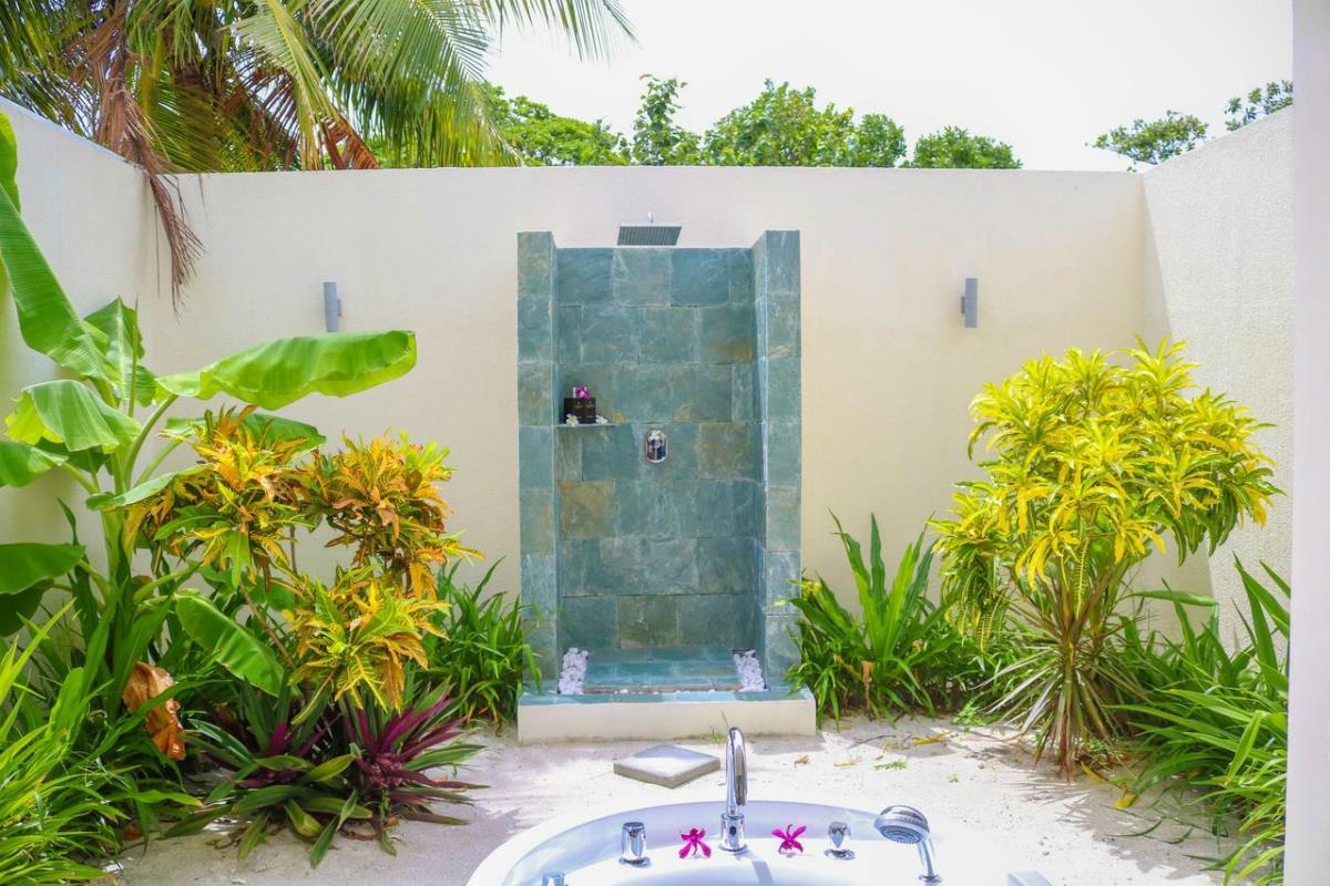 Furaveri Island Resort & Spa – Prysznic w willi z widokiem na ogród