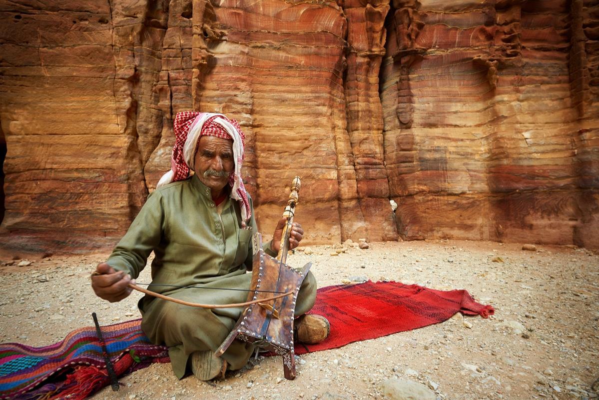 Petra – Beduin grający na tradycyjnym instrumencie rababa