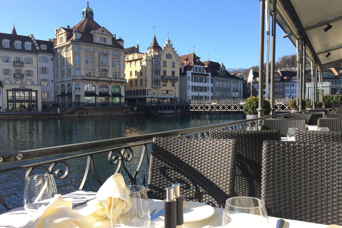 Hotel des Balances – Restauracja z widokiem na rzekę