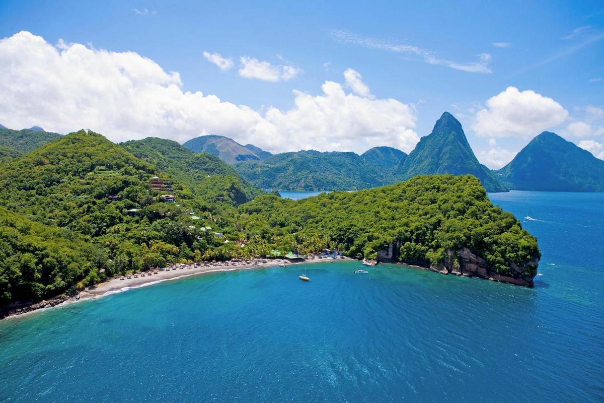 Jade Mountain – plaża i widok na Mount Pitons