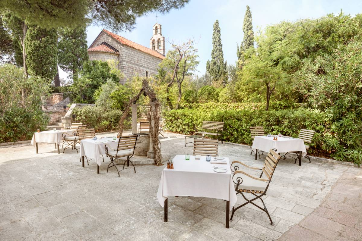 Aman Sveti Stefan – Piazza Restaurant