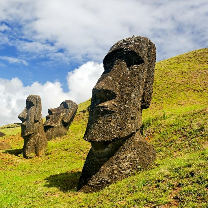 Tajemnicze posągi moai na Rapa Nui